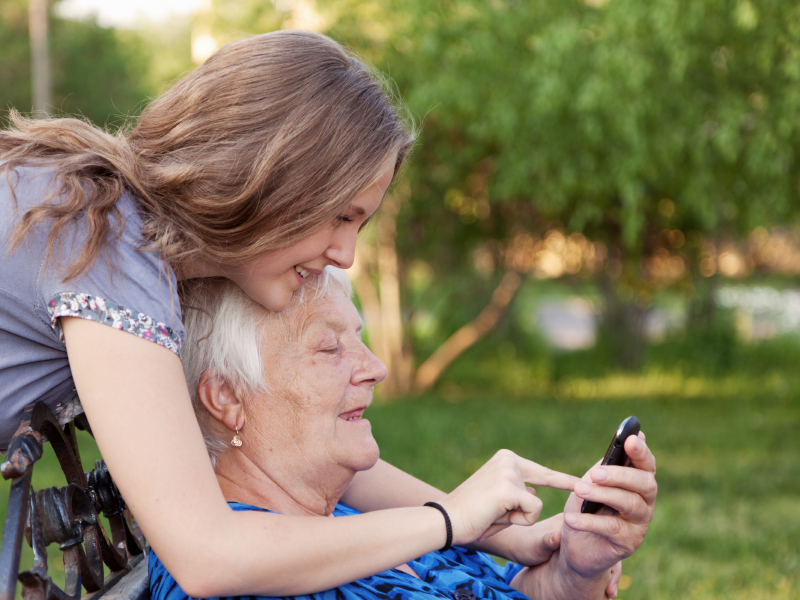 Alte-Menschen-mit-Smartphones