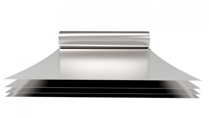 Das Lithium wird auf eine Aluminiumfolie aufgebracht, die beim Kalandrieren haardünn gepresst wird © iStock/coddy