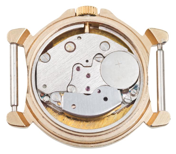 Dass Armbanduhren so lange laufen, liegt an der kleinen, aber ausdauernden Knopfzelle in ihrem Inneren © iStock.com/VvoeVale