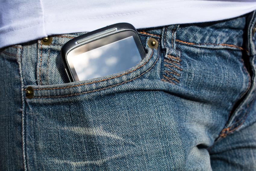 Smartphone, das aus der Hosentasche schaut