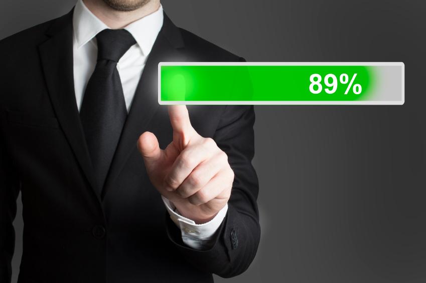 mann überprüft zu 89 Prozent vollen Ladebalken