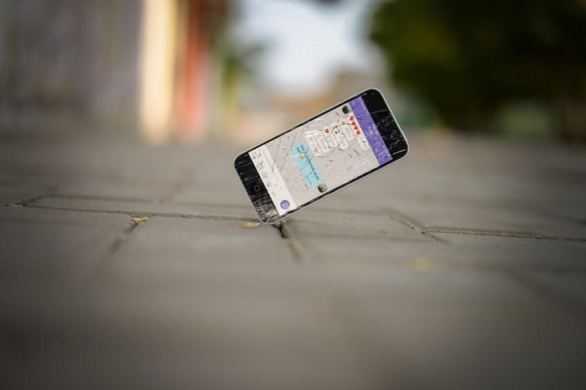 iPhone fällt auf den Boden Glasbruch