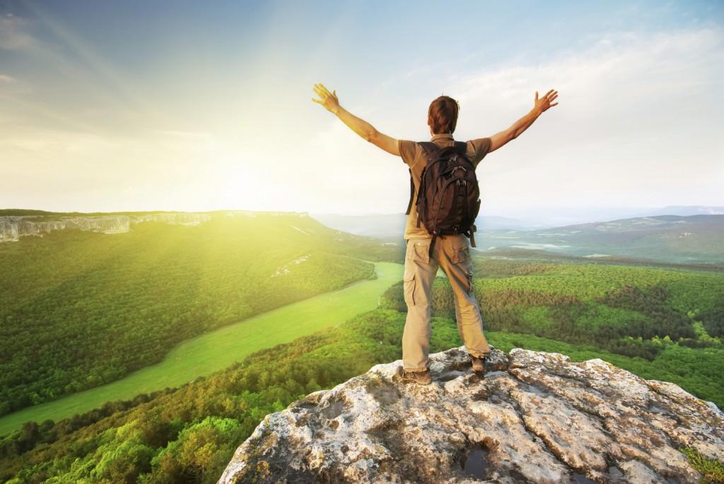 Mann auf einem Berg Sonne Rucksack