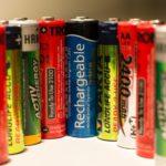 """Eine Reihe verschiedener wiederaufladbarer Batterien mit Aufschriften wie """"Longlife Accu"""" und """"Activ Energy"""""""